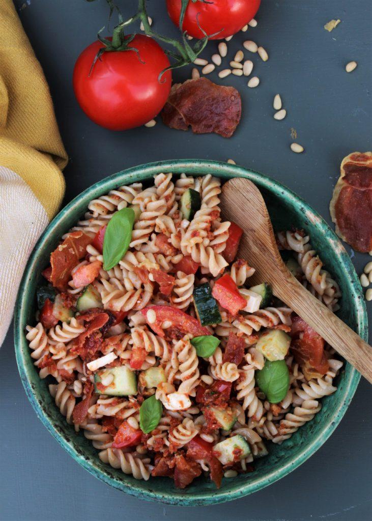 Pastasalat med sprøstekt spekeskinke, soltørkede tomater og feta ost.