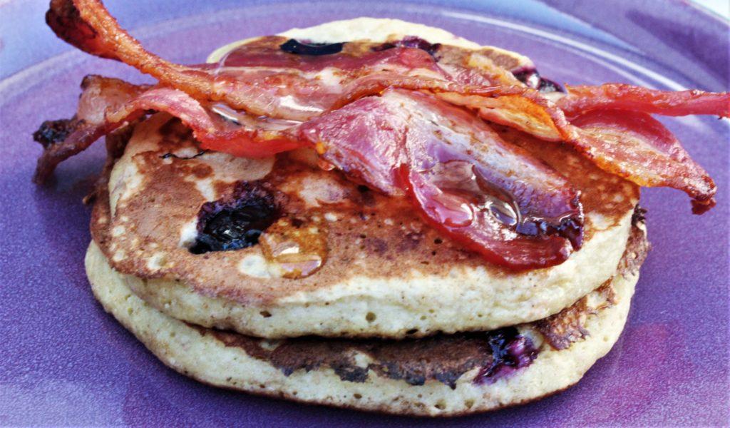 Blåbærpannekaker med bacon og sirup