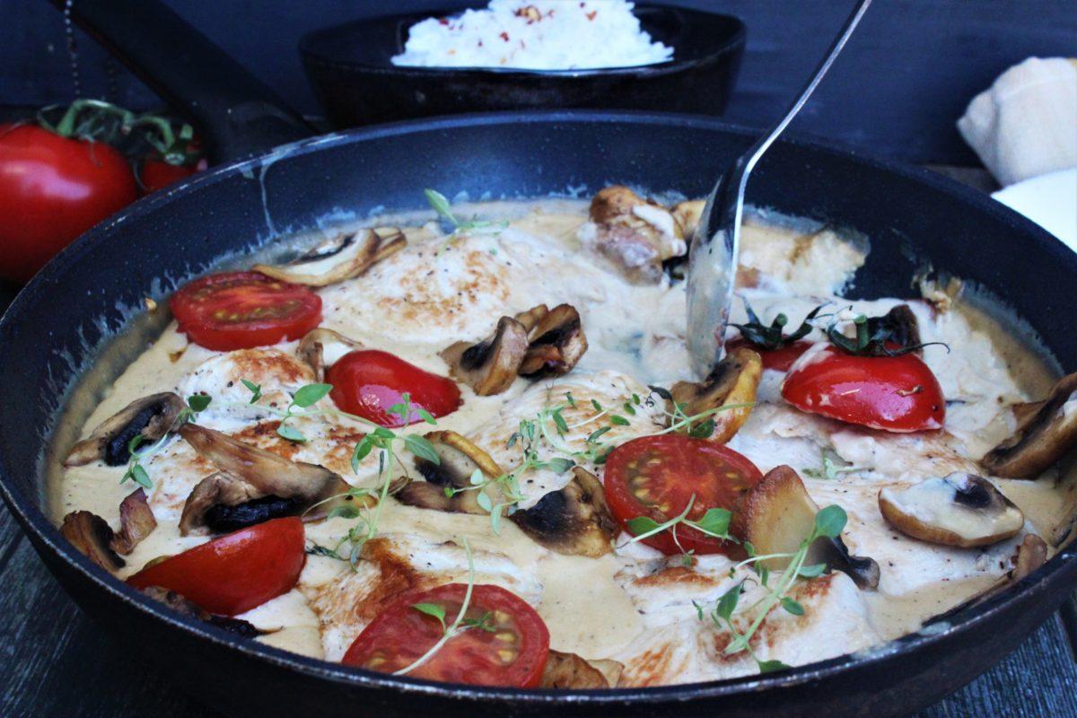 Kylling i kremet saus med sopp og tomater