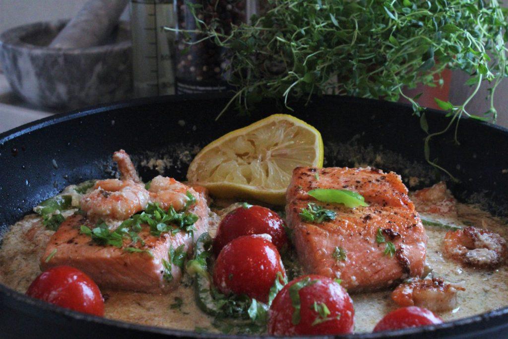 Pannestekt ørret i fløtesjysaus med norske tomater, hvitløk og scampi