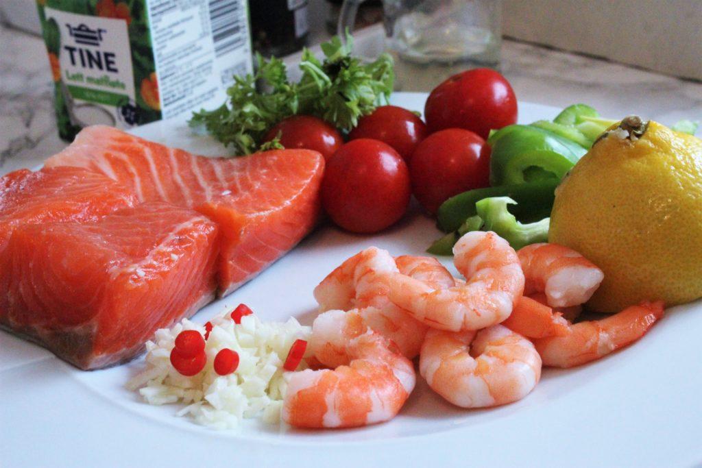 Ingredienser til pannestekt ørret. Scampi, tomater og paprika i fløtesjysaus med deilige urter