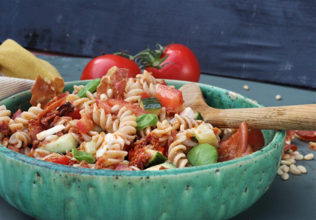 Pastasalat med sprøstekt spekeskinke og soltørkede tomater