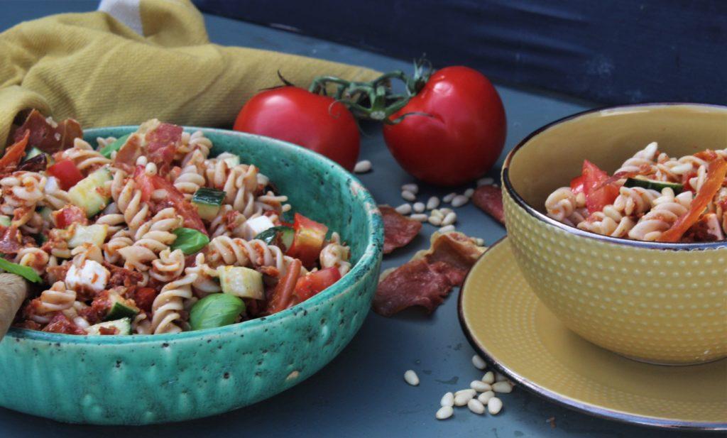 Pastasalat med sprø spekeskinke, soltørkede tomater og feta ost