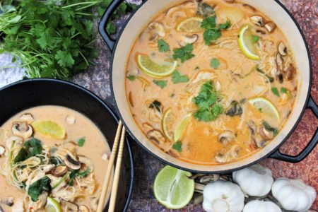 Tom Kha Gai kyllingsuppe med nudler og kokosmelk