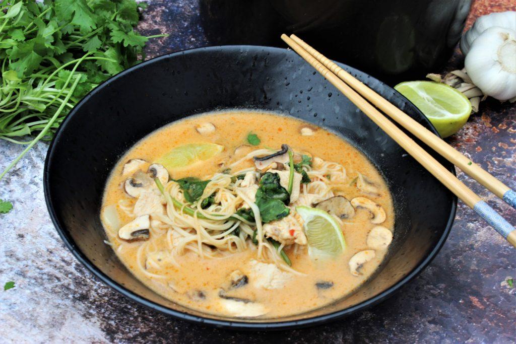 Thai kyllingsuppe med nudler, kylling og sopp